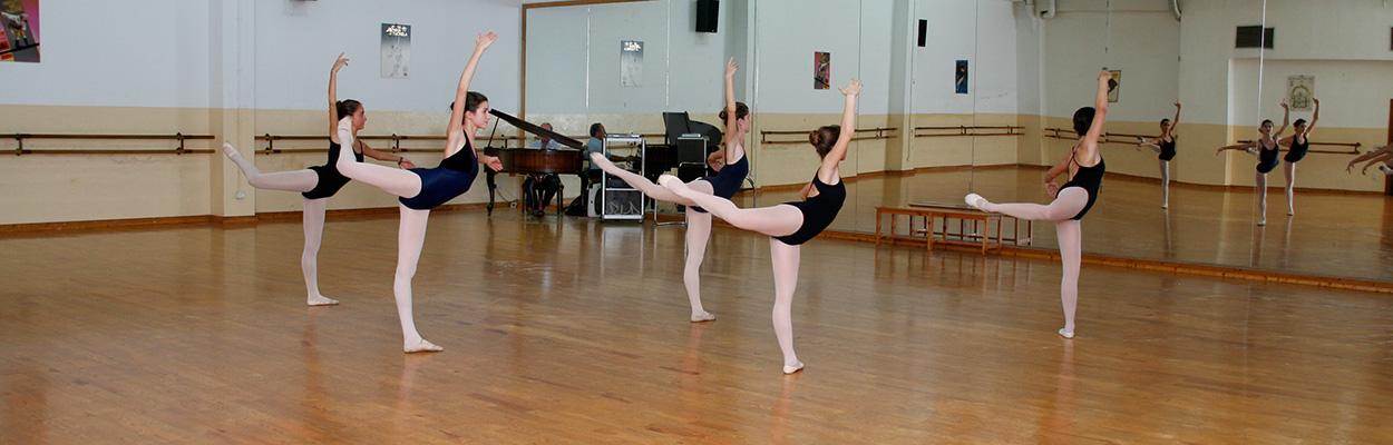 Clase de ballet con jovenes